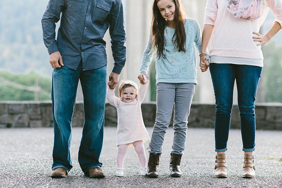 Родители держат детей за руки