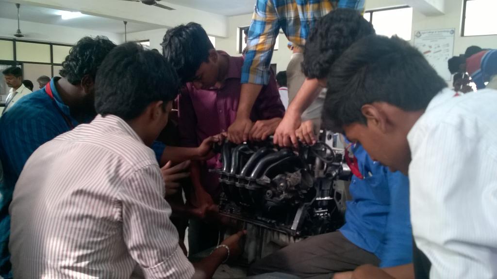 Студенты изучают конструкцию бензинового двигателя