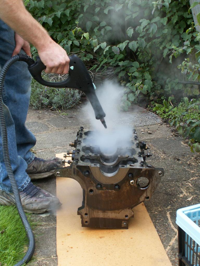 Процесс очистки двигателя от грязи и остатков смазочного материала
