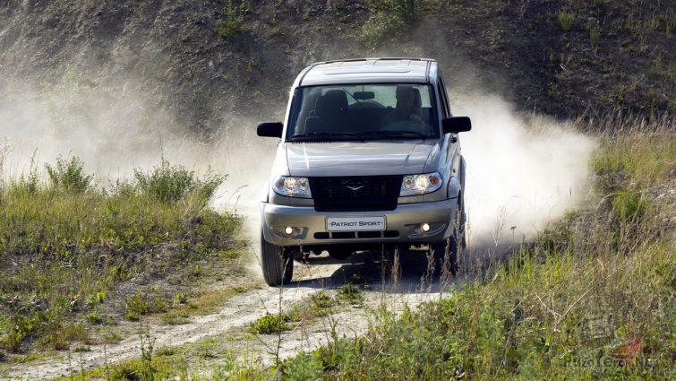 УАЗ едет по проселочной дороге