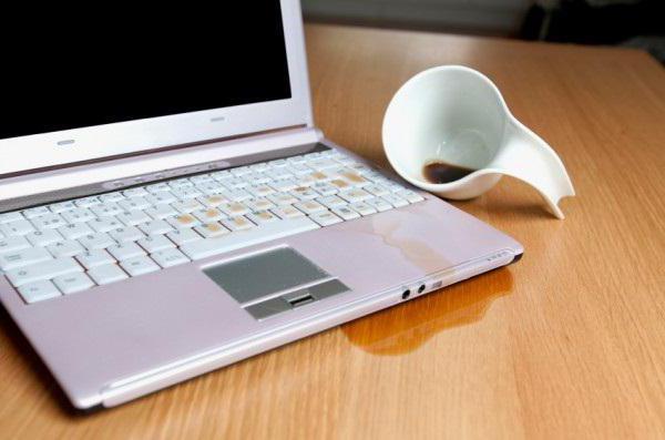 почему залипает клавиша на ноутбуке