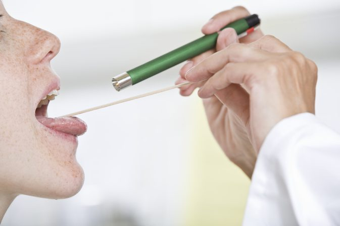осмотр врачом горла