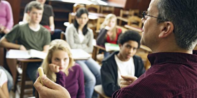 children listen to the teacher