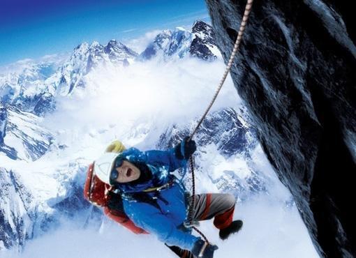 альпинист спускается с горы