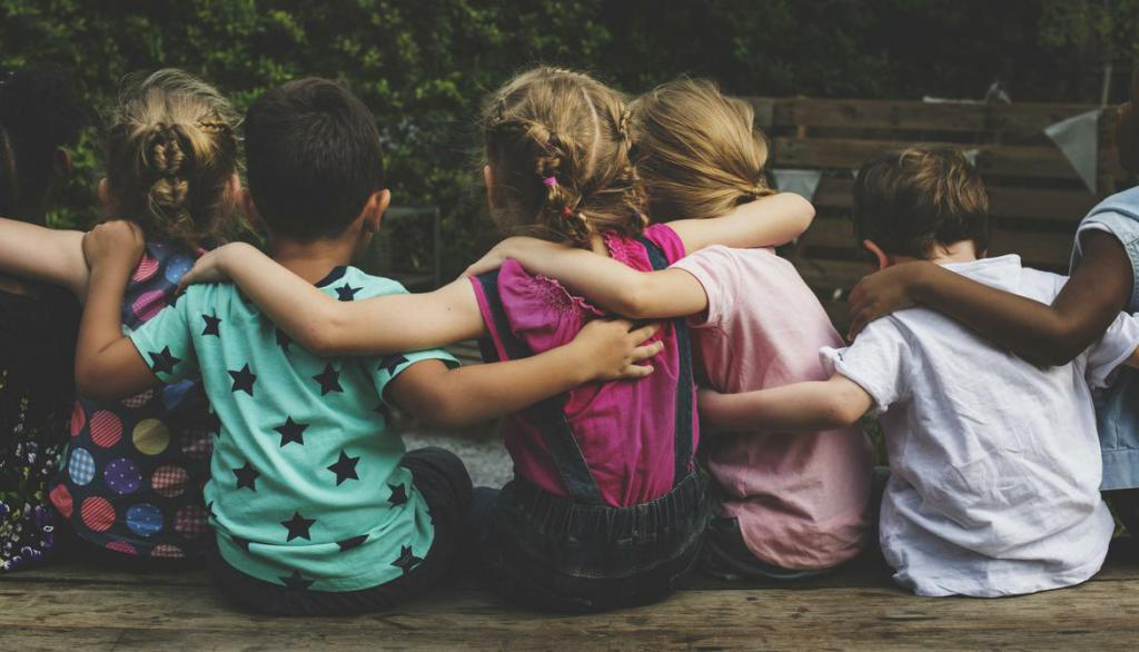 дети сидят в обнимку