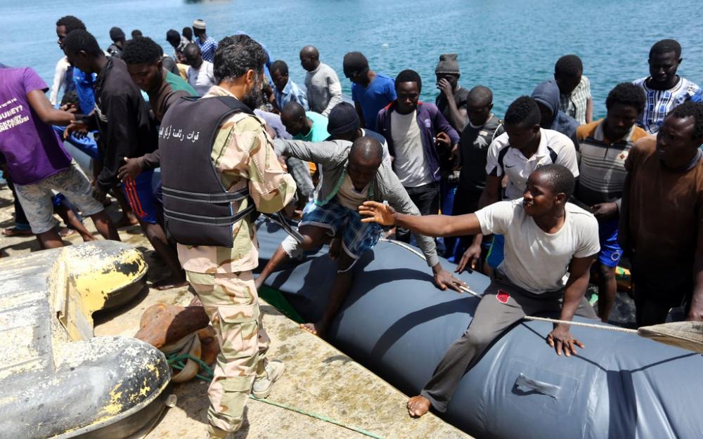 беженцы на берегу в лодках