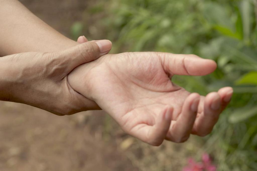 человек держит левую руку в районе запястья