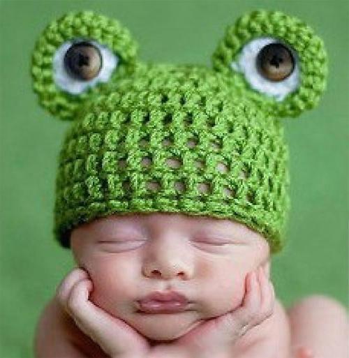 Если вы вяжете, то подготовить к рождению сыночка или дочки вот такую вязаную спицами шапочку для новорожденных у вас