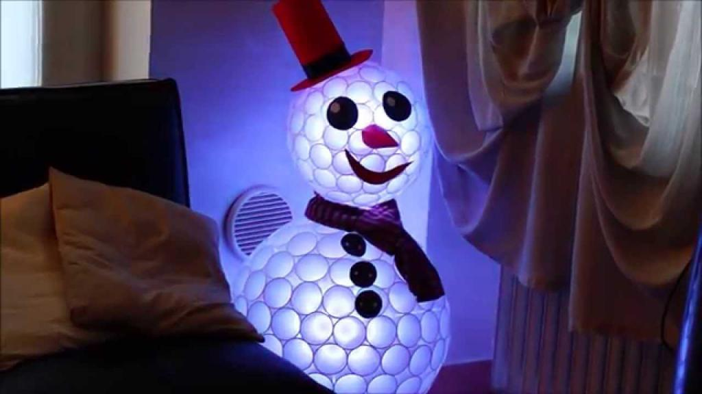 Снеговик из стаканов
