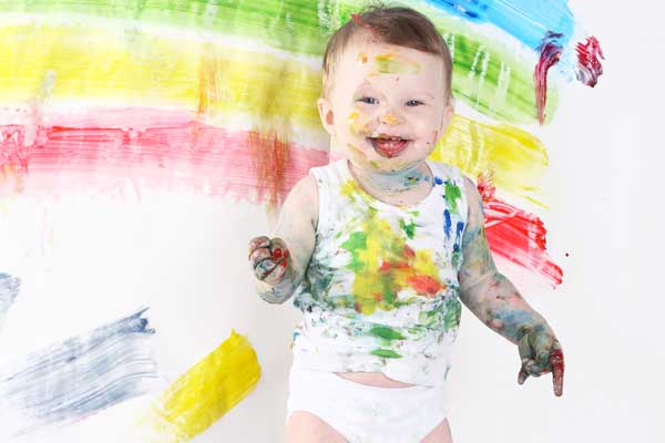 ребенок запачкался во время рисования
