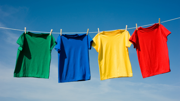 чистое белье сушится после стирки