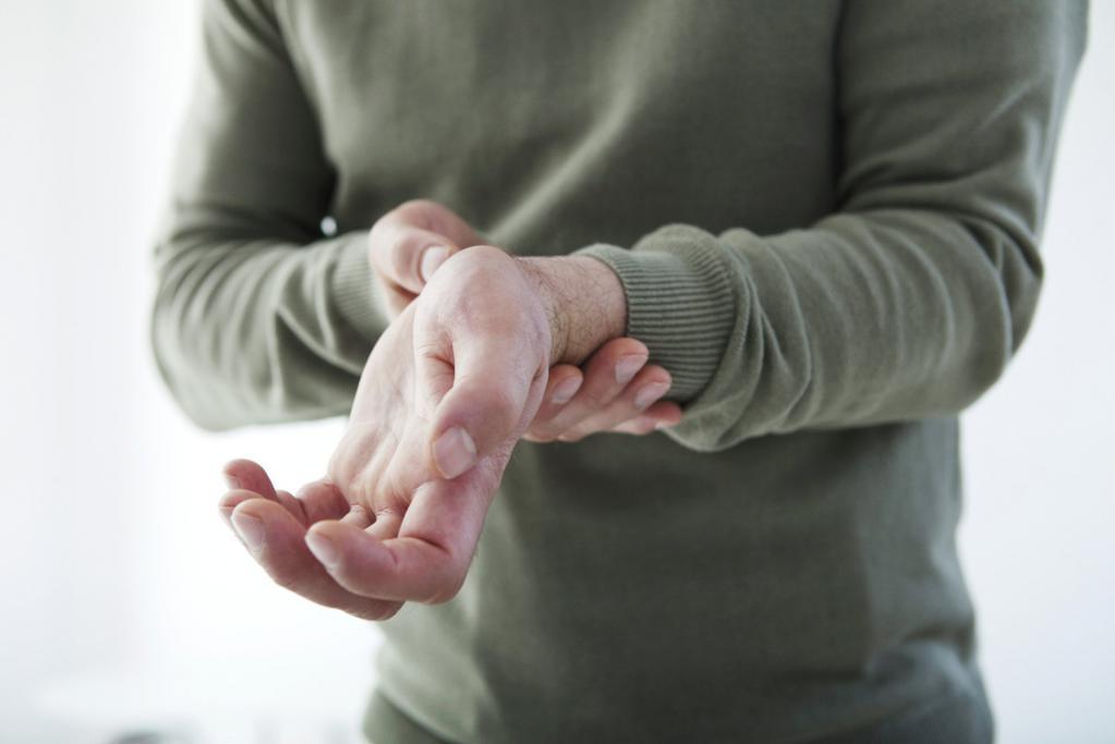 Дергаются пальцы: причины появления тика, разновидности непроизвольных мышечных сокращений и лечение
