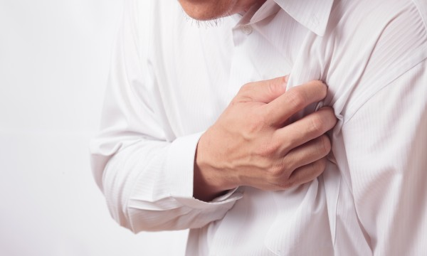 болит в районе сердца тяжело дышать