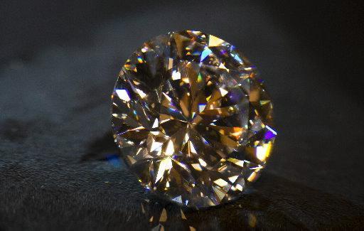 одиночный крупный бриллиант
