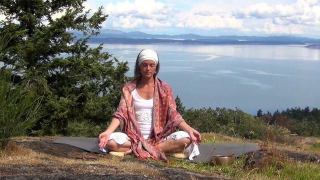 Кундалини-йога для начинающих: особенности и польза