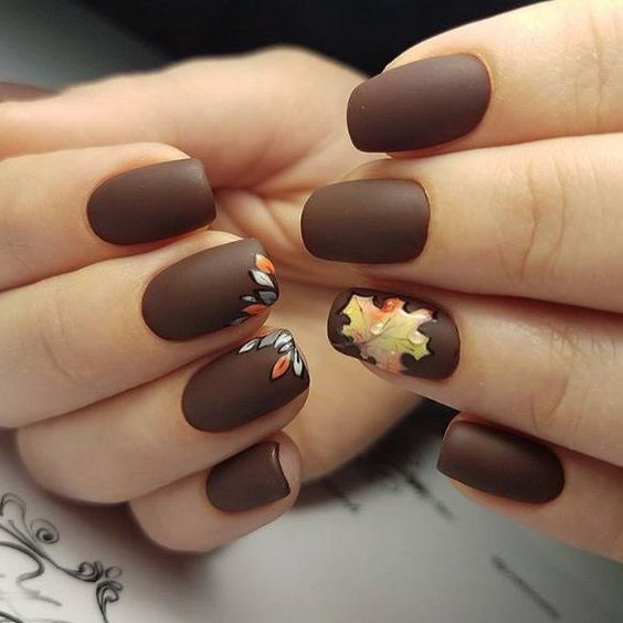 manicure with a pattern of autumn leaves