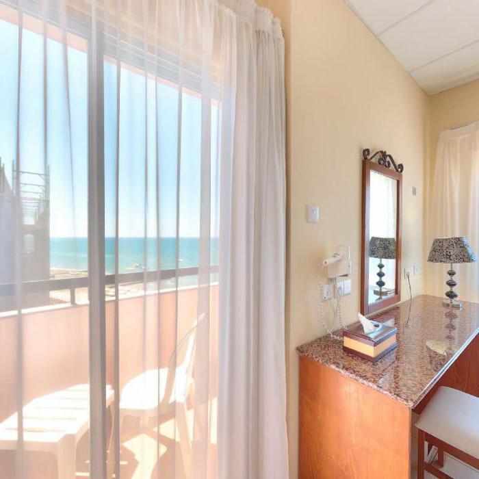 Отели Санторини с собственным пляжем: от Периссы до Камари