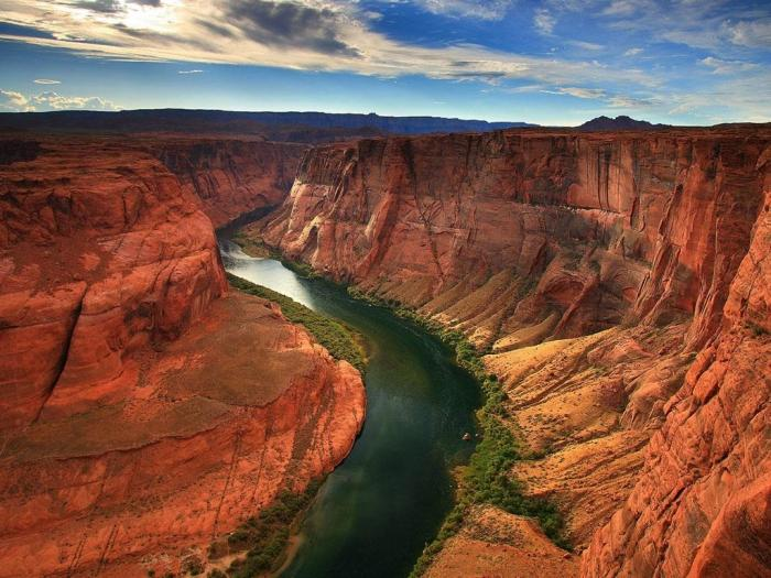 горная река на протяжении миллионов лет оттачивает красоту красного каньона.