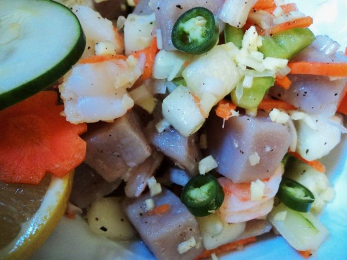 Салат из капусты и зеленого горошка и