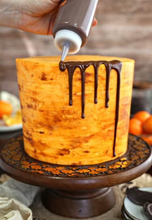 Торт с подтеками шоколада - фото