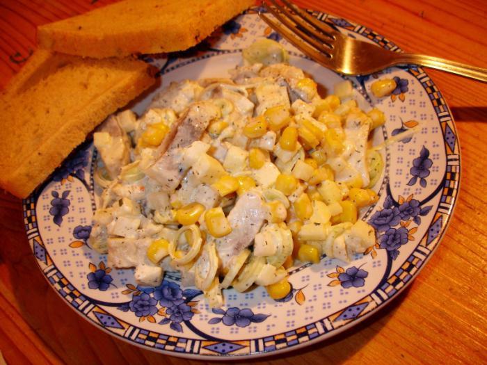Салат с селедкой и кукурузой