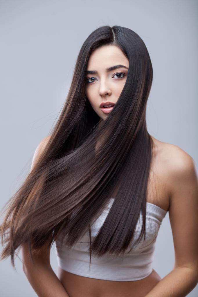 брюнетка с ровными волосами