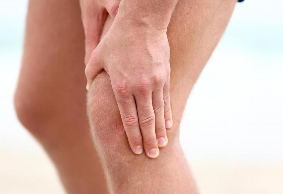 почему болят колени при сгибании у женщин