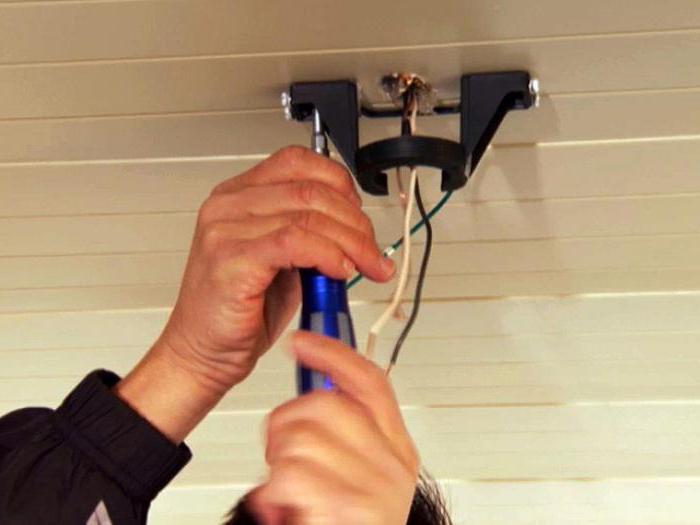 Как проложить проводку по потолку в квартире