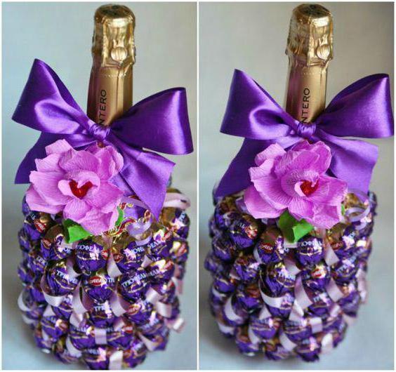 украсить бутылку шампанского мишурой и конфетами