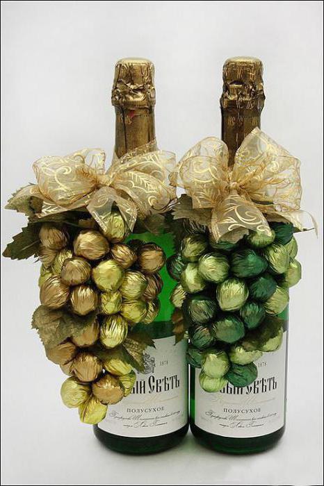 как бутылку шампанского украсить конфетами пошагово