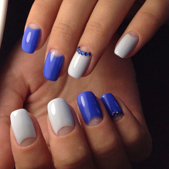 manicure blue varnish with rhinestones
