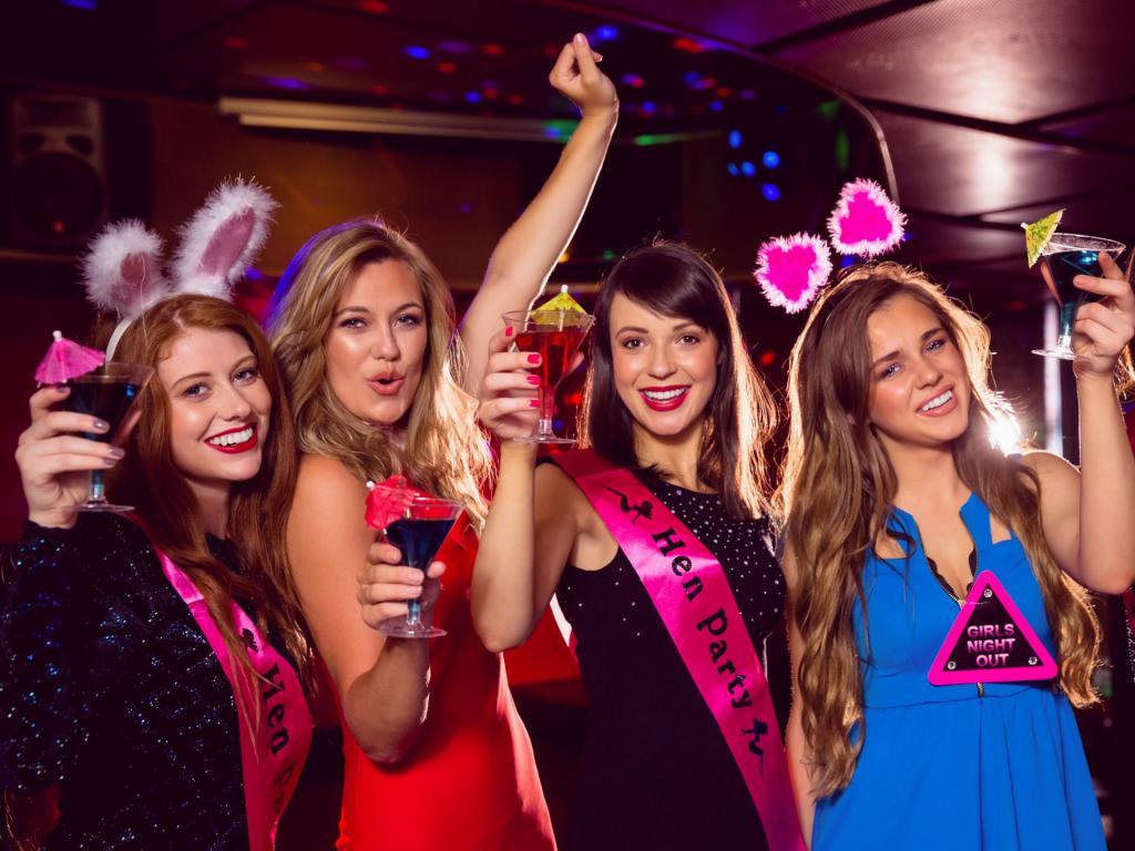 Русские девушки выпили шампанское и устроили девичник онлайн