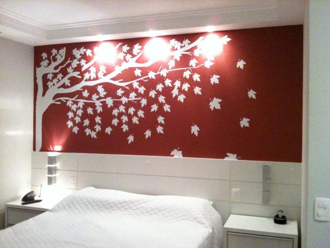 как украсить стену над кроватью в спальне