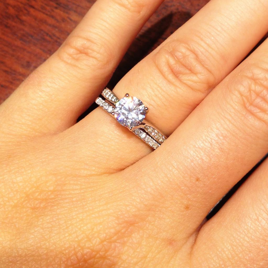 Иметь кольца золотые на пальцах - знаменует возвышение в достоинствах, умножение почестей и приобретение власти.