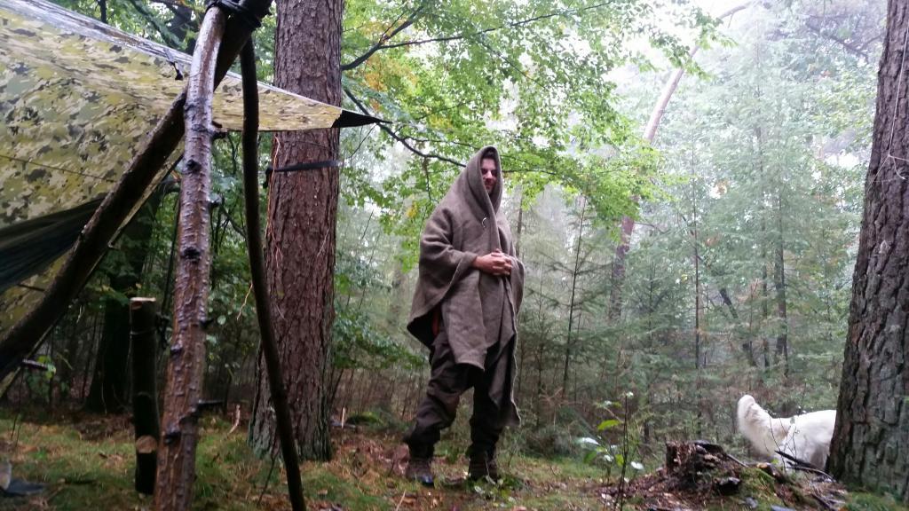 В плащ-палатке на природе