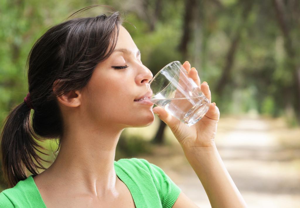 Девушка пьет живую воду
