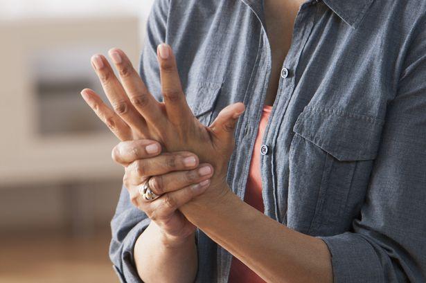 кривой указательный палец