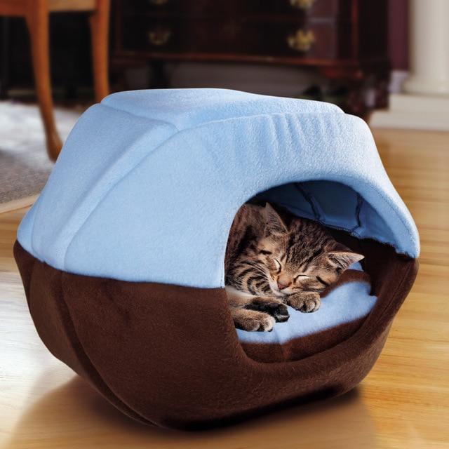 кошка на теплой подстилке