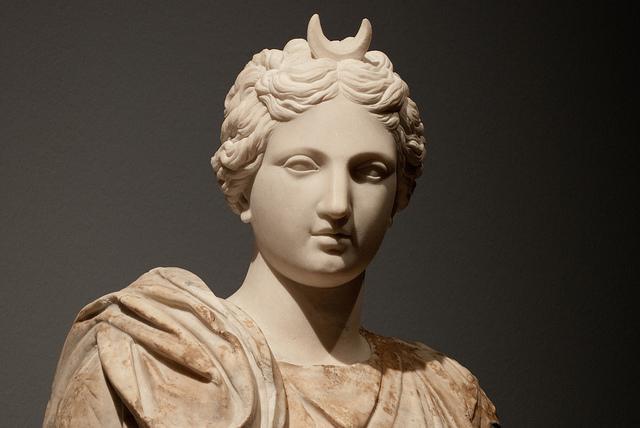 Изображение древнегреческой богини селены