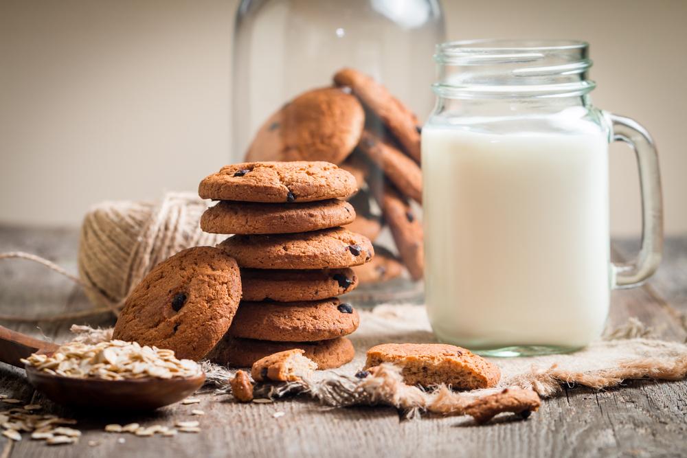 Поздравление день, открытка печенье с молоком