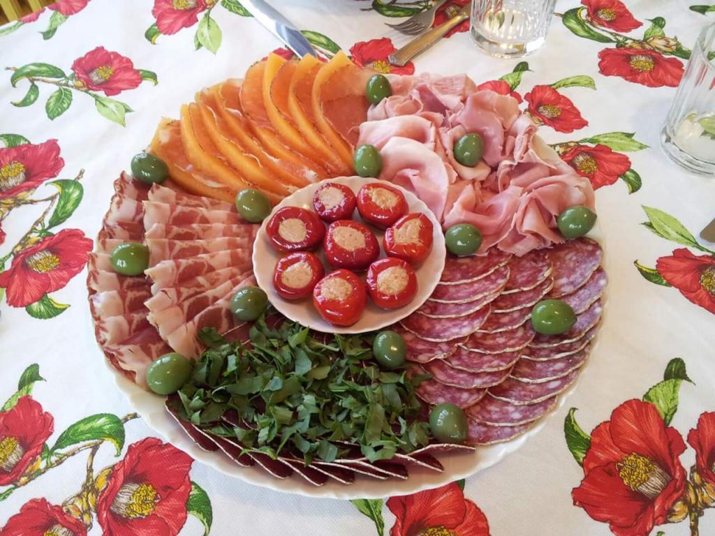 отличие нарезки овощные мясные рыбные фруктовые фото способствовало то