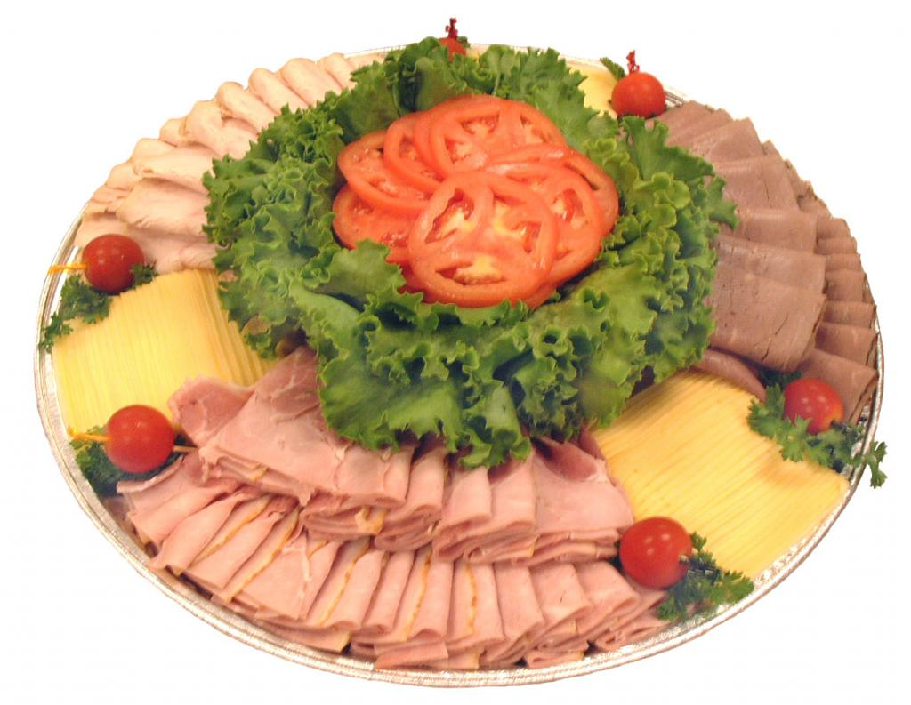 Красивое оформление тарелки с нарезкой