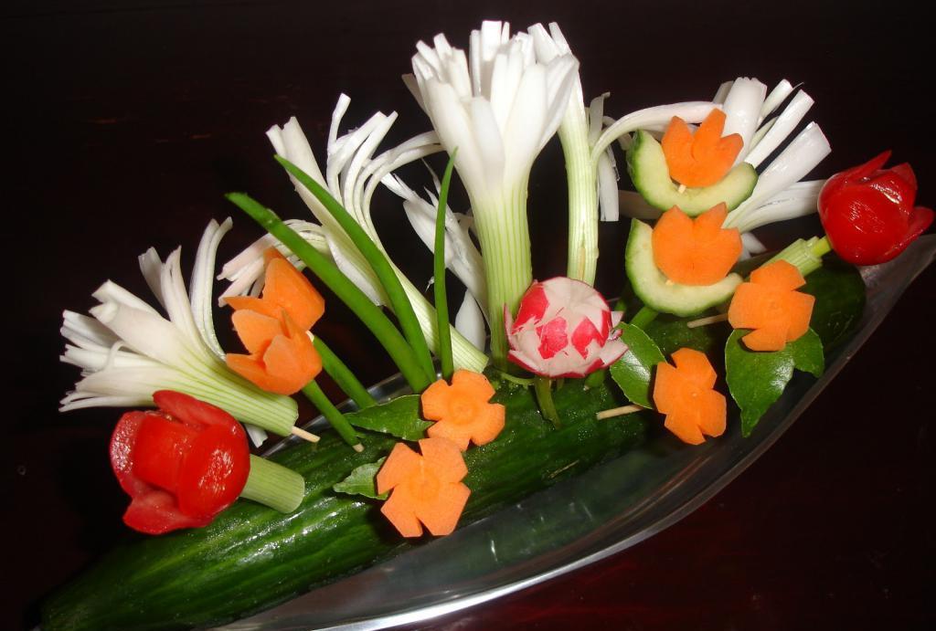 Украшение блюд сырыми овощами
