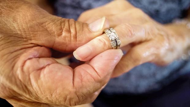 Обручальное кольцо у вдовы