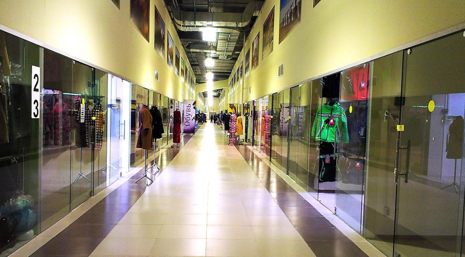 Shops in the shopping center Luzhayka