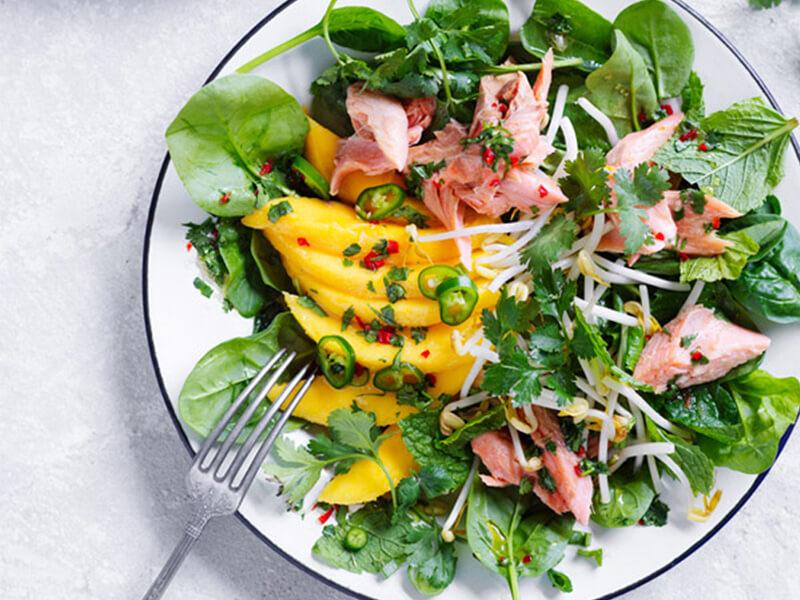 Салат с кусочками форели