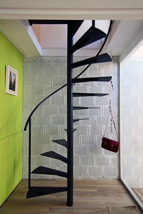 Do-it-yourself metal staircase to the second floor
