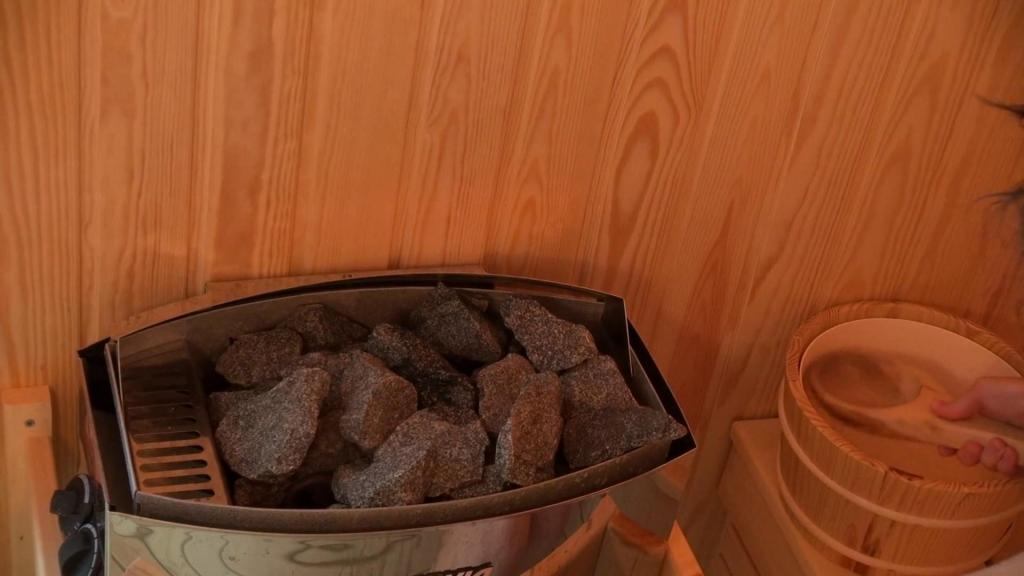 How to put stones in a sauna stove grid?