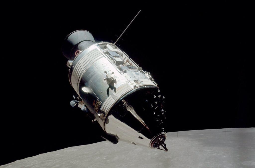 """Космический корабль """"Аполлон"""" на лунной орбите"""