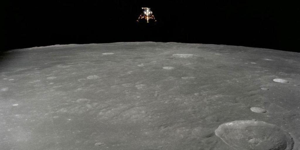 """Спуск лунного модуля, вид с корабля """"Аполлон"""""""